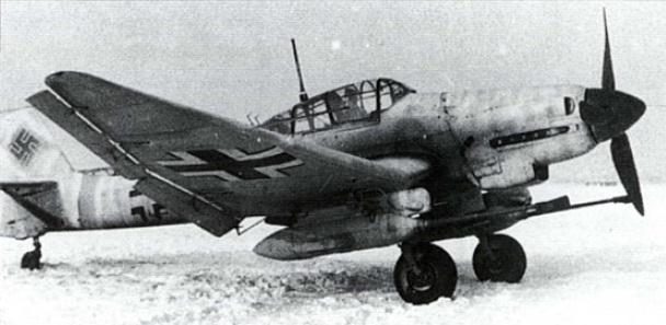 Un Ju 87G-1, desprovisto de carenados aerodinámicos y con camuflaje invernal en el Frente del Este