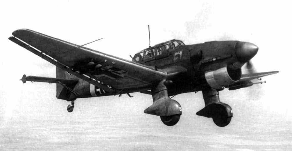 Un Ju-87B en vuelo, en los trágicos meses de la Blitzkrieg en los que el Stuka realizó un letal trabajo en conjunción con los panzer alemanes, aún a pesar de empezar a convertirse en un avión obsoleto (fuente: asisbiz.com)