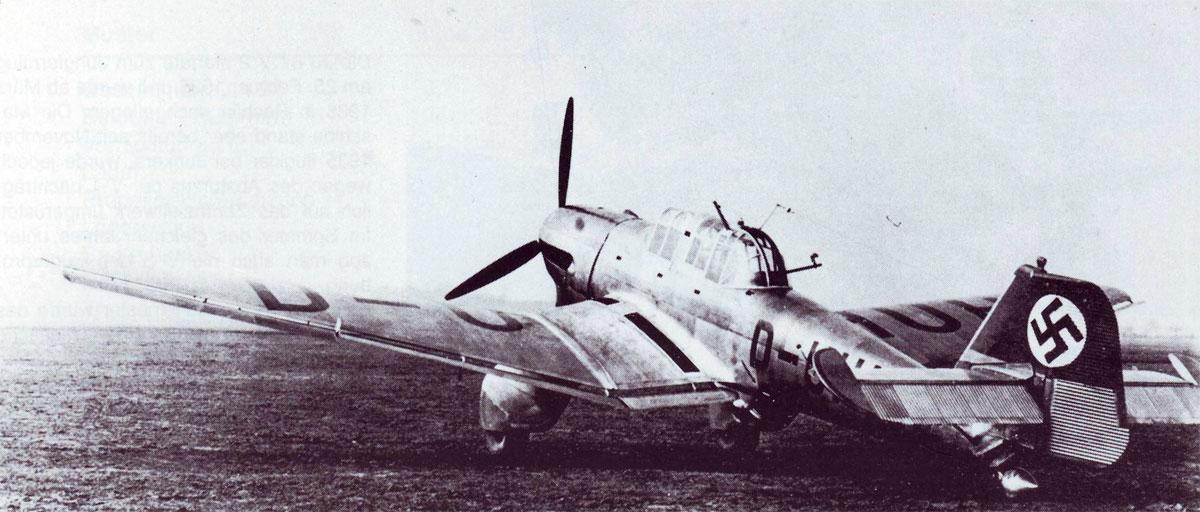 Segundo prototipo del Ju 87, con matrícula civil D-UHUH en Rechlin. Lleva frenos de picado y motor Jumo A de 610 Hp. La cola ya es la convencional y no la bideriva original, aunque será perfeccionada posteriormente (Fuente: asisbiz.com)