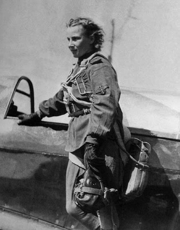 Lídiya Litviak a punto de inicir una misión junto a su Yakovlev Yak-1b