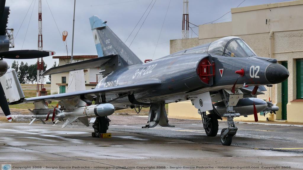 El merecido descanso del viejo guerrero. El Super Étendard A-202 reposa en el Museo Aeronaval Comandante Espora de Bahía Blanca con un mortífero Exocet en su plano derecho (Fuente: Sergio García Pedroche)