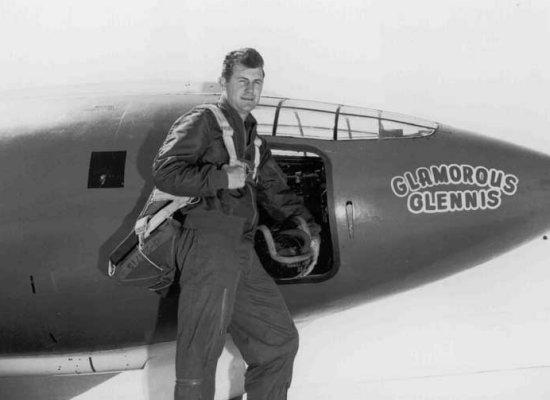 """Chuck Yeager posa delante de su pequeño Bell X-1 """"Glamorous Glennis"""". Él y su esposa estaban a punto de entrar en la historia de la aviación"""