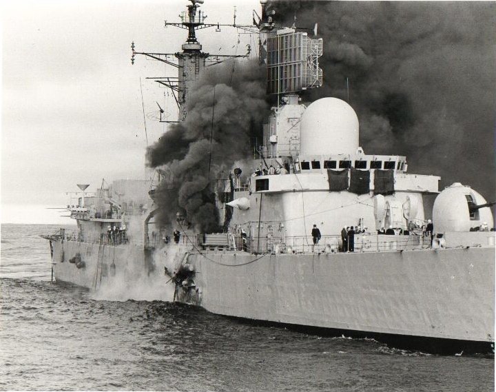 Otra imagen de las graves averías producidas en el casco del agonizante HMS Sheffield. Los materiales de construcción utilizados empeoraron los incendios y terminaron por hundir el navío.