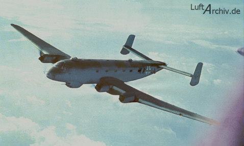 Un Ju 290 en pleno vuelo. Pueden verse las posiciones defensivas dorsal y ventral, así como las antenas en el morro del radar antibuque FuG 200 Hohentwiel (Fuente: Luftarchiv.de)