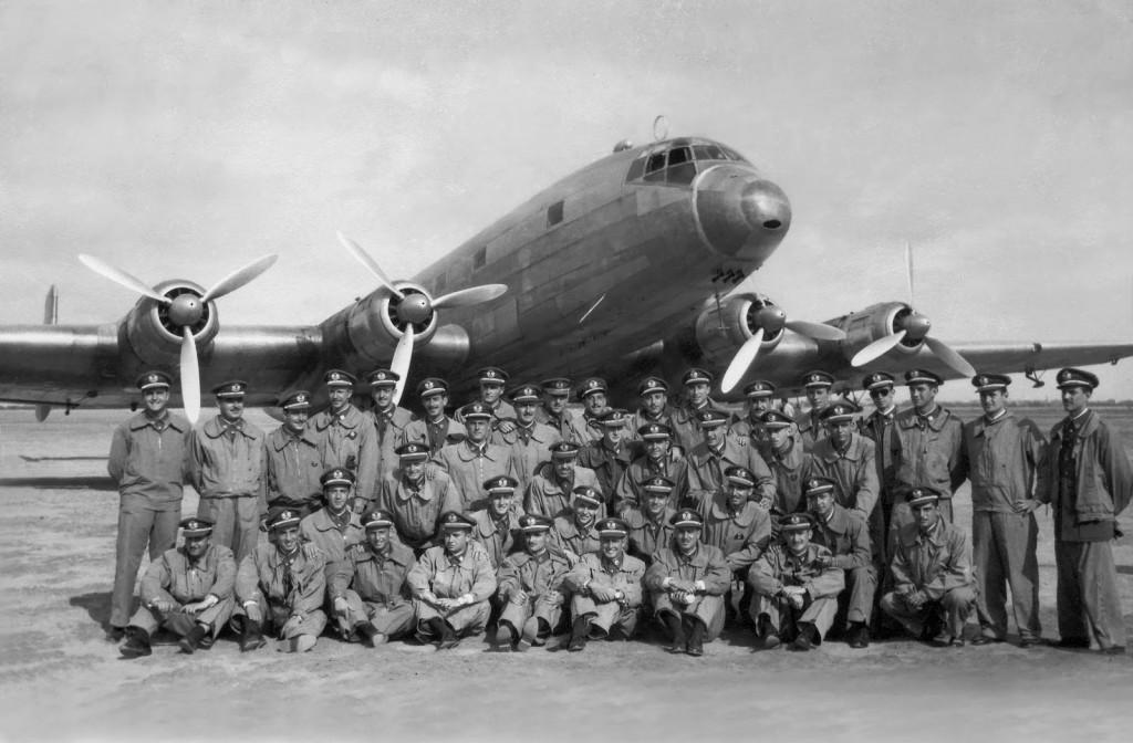 Los alumnos de la 4ª promoción de la Academia General del Aire posan delante del Ju 290 en la Base de San Javier (Murcia)antes de partir en viaje de fin de carrera de 1950 (Fuente: Juan M. González/AviationCorner.net)