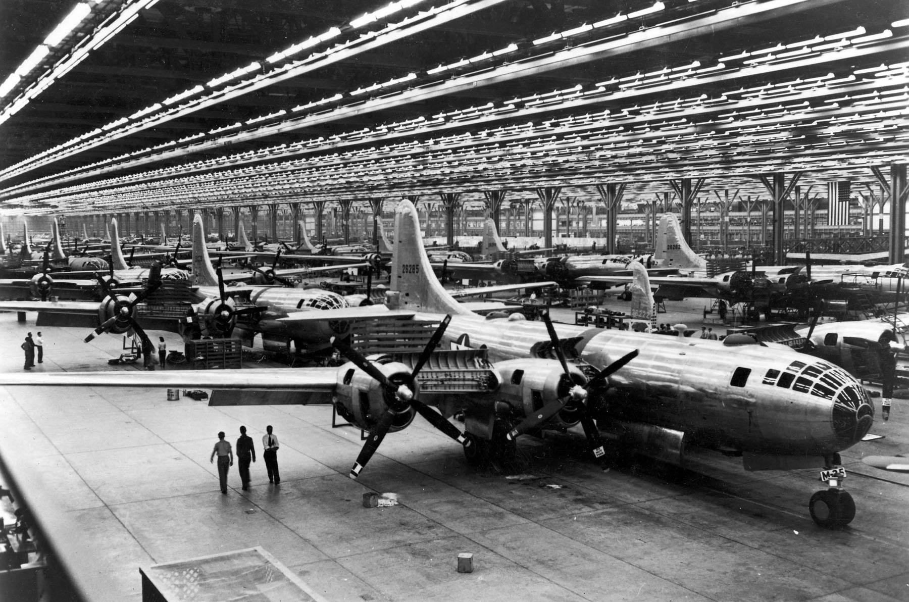 Impresionante línea de montaje de Superfortress en la planta de Wichita. Fotografías así explican mejor que mil palabras lo que supuso el poderío industrial norteamericano para la causa aliada (fuente: U.S. Air Force)