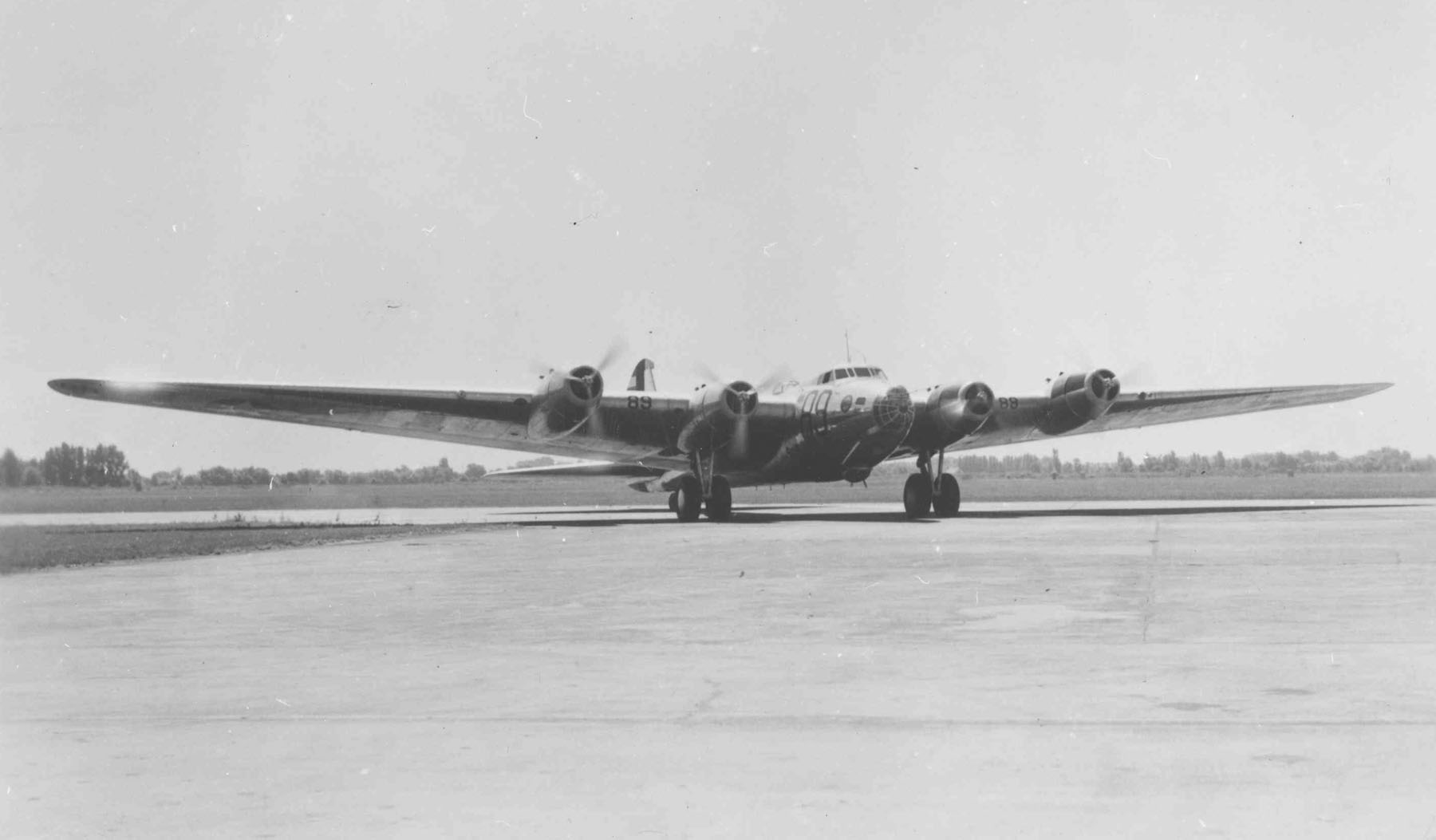 El único prototipo XB-15 aparece aquí, acelerando sus cuatro motores e iniciando el carreteo. Falto de potencia y difícil de volar, tras ser cancelada su producción fue convertido en carguero (designado como XC-105) y operó en el Caribe hasta ser desguazado en 1945 (fuente: nationalmuseum.af.mil)