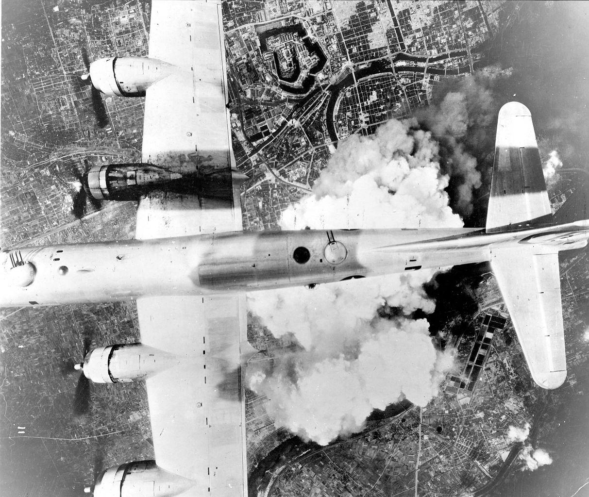 Espectacular vista desde otra Superfortaleza de un B-29A del 6º Grupo de Bombardeo en una misión sobre la ciudad de Osaka, el 1 de junio de 1945. Obsérvese las estelas de un anterior fuego del motor número 3 y las dos torretas dorsales en movimiento (fuente: United States Air Force Historical Research Agency)