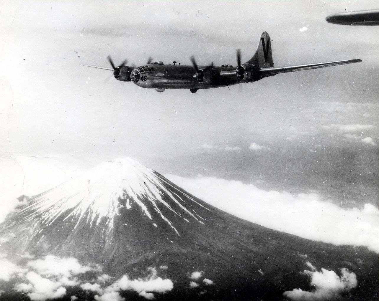Superfortalezas del 499º Grupo de Bombardeo sobrevuelan el famoso monte Fuji, en una misión en 1945 (fuente: USGOV-PD)