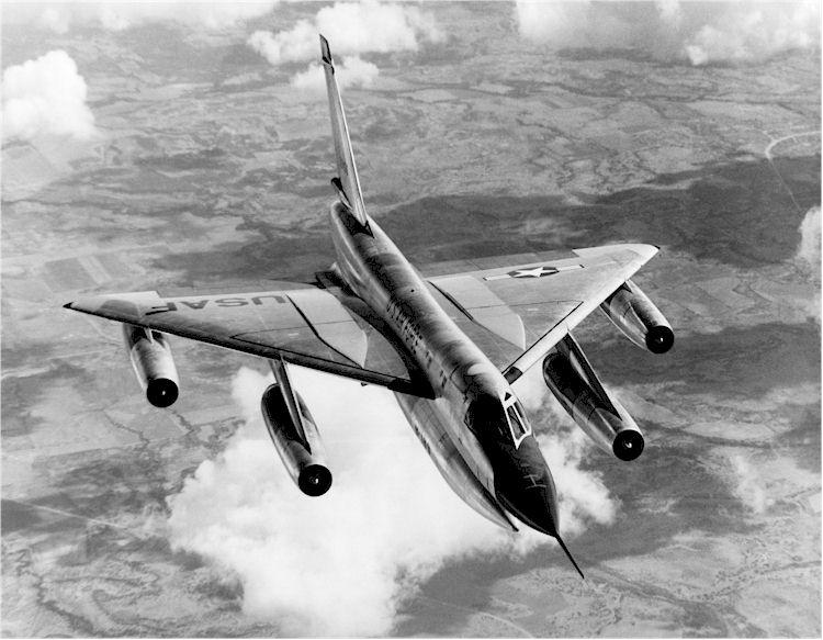 Un B-58A en vuelo. Parte de los problemas de desarrollo del avión estuvieron relacionados con la integración del gran contenedor ventral en la aerodinámica del aparato. Una vez desenganchado de él en vuelo, el Hustler era un pájaro limpio y mucho más eficaz