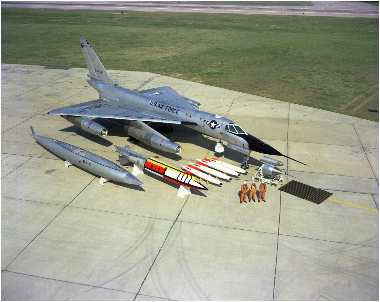 Interesante fotografía del sistema de armas completo B-58, incluyendo el armamento nuclear que podía portar. Obsérvese el tamaño del contenedor ventral MB-1C (Fuente: jetpilotoverseas.wordpress.com)
