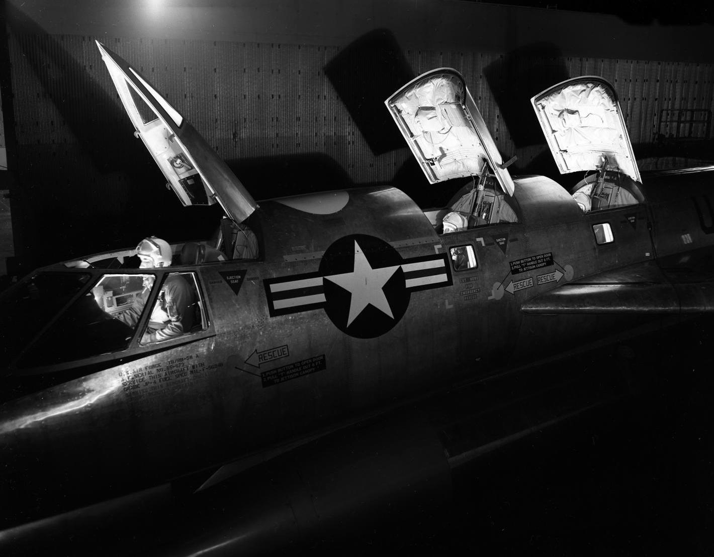 Esta magnífica foto de un B-58A del SAC permite ubicar las ubicaciones de los cockpits en tándem de los tres tripulantes (piloto, copiloto y operador de radar), sin comunicación física entre sí (fuente: jetpilotoverseas.wordpress.com)