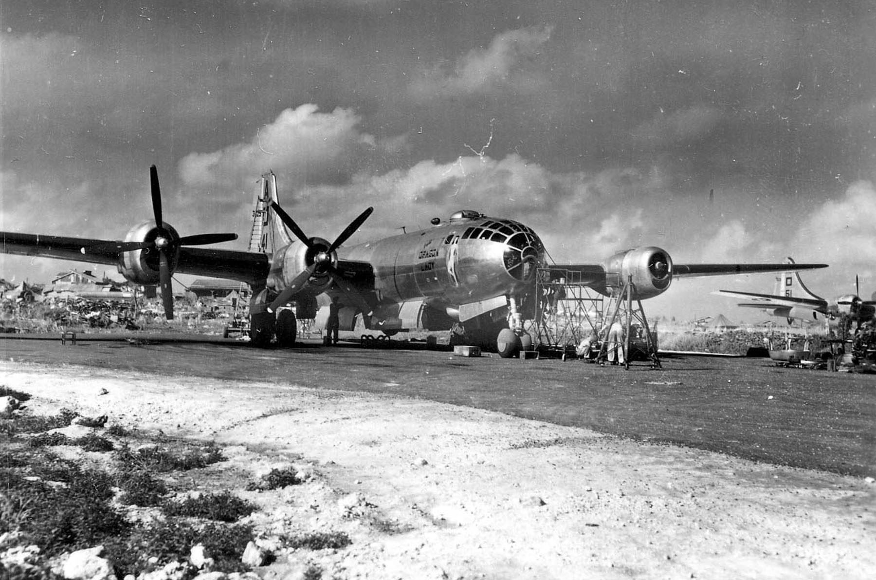 "El B-29 ""The Dragon Lady"" es reparado en Saipan (Fuente: U.S. Air Force)"
