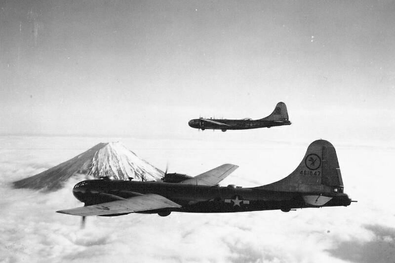 Formación de Superfortalezas sobrevuelan el Monte Fuji rumbo a Tokio