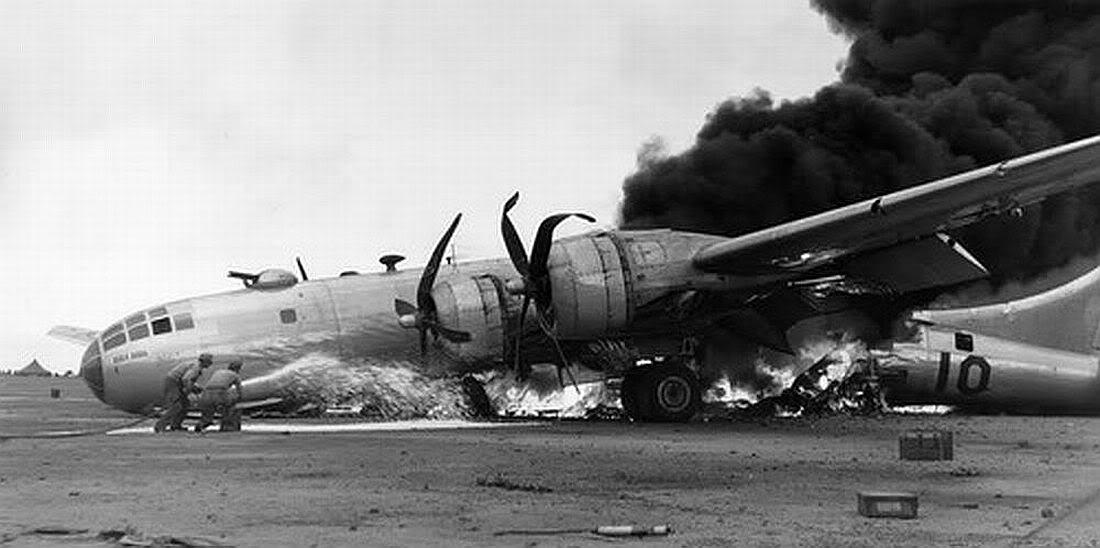 Un B-29 arde furiosamente tras un aterrizaje de emergencia en Iwo Jima (fuente: U.S. Air Force)