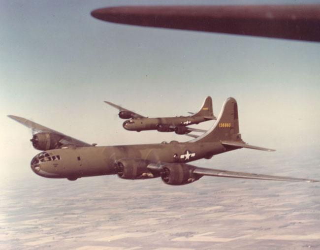 Dos Superfortalezas de la primera producción en vuelo. Aparecen pintadas en oliva mate. (fuente: U.S. Air Force )