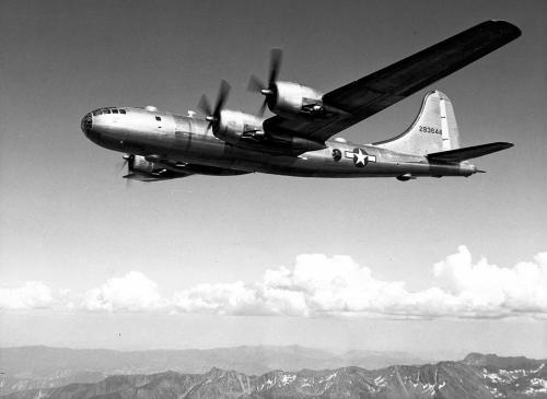 Una Superfortaleza B-29A en pleno vuelo. Volar una avión como aquel fue una difícil tarea de aprendizaje para las nuevas tripulaciones, a pesar de que habían sido seleccionadas por su experiencia previa con cuatrimotores