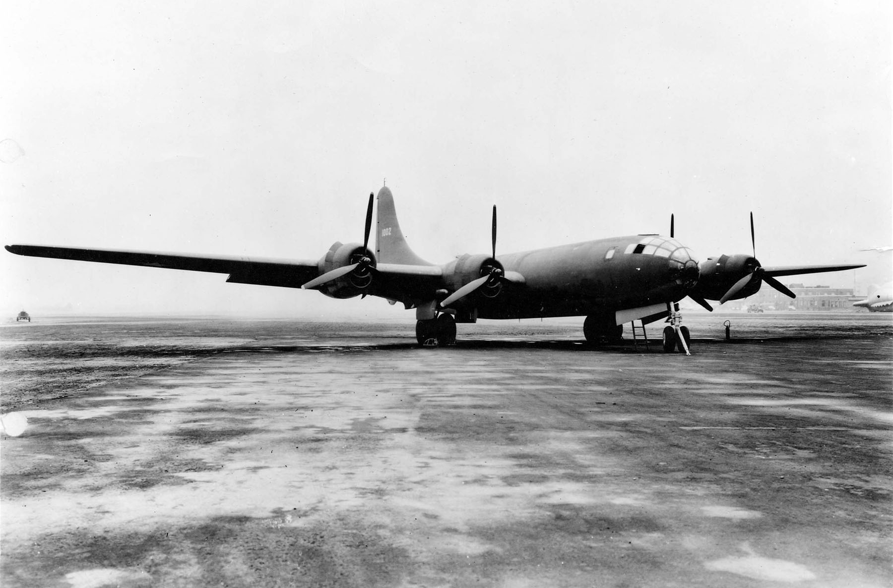 Este XB-29 fue el primer Superfortress construido, aquí fotografiado en la factoría. Los primeros ejemplares iban pintados en oliva mate, pero la mayoría de B-29 posteriores fueron entregados sin pintar (fuente: U.S. Air Force)