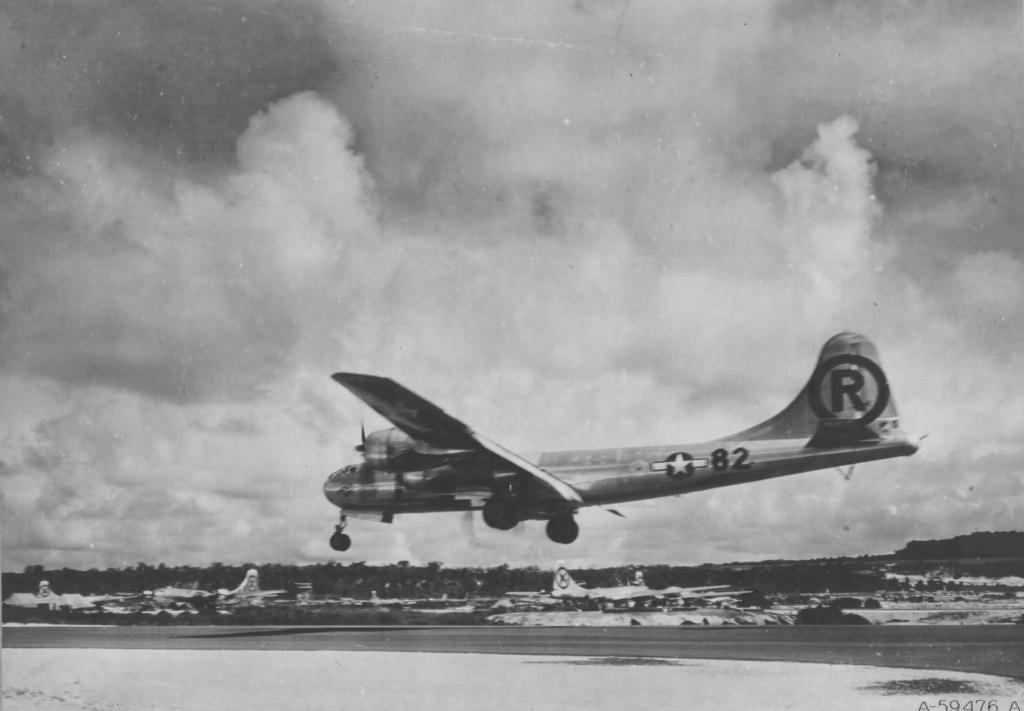 """Quizá la más célebre de las Superfortalezas (lúgubre celebridad la suya): El B-29A """"Enola Gay"""" aterriza en Tinian tras haber lanzado la bomba atómica sobre Hiroshima el 6 de agosto de 1945 (fuente: U.S. Air Force)"""