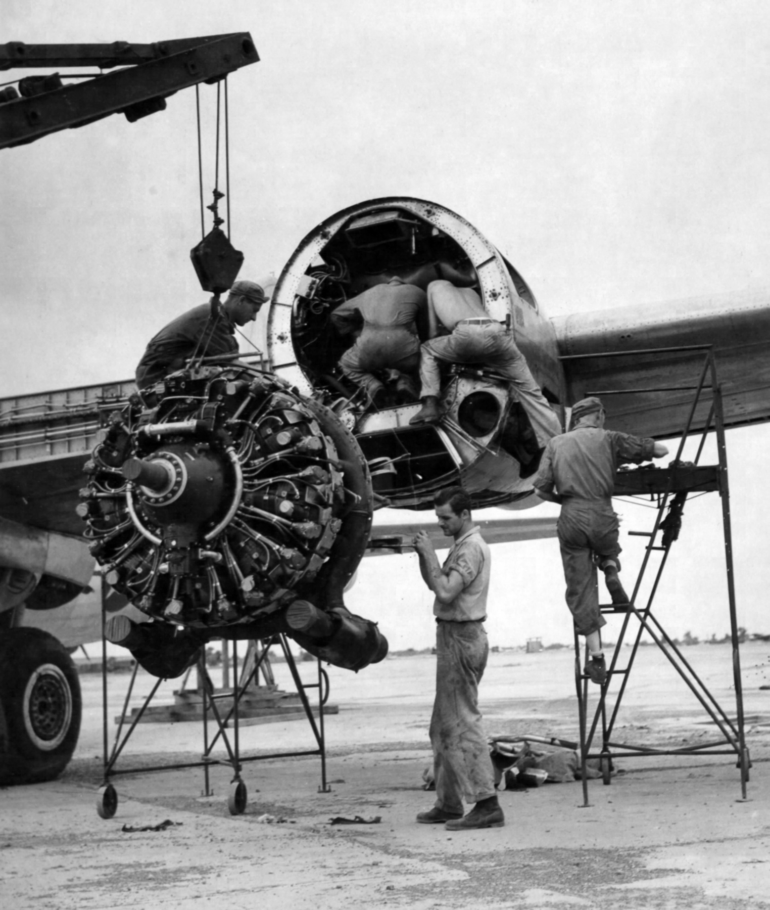 Sustitución de un motor R-3350 en un Superfortress estacionado en la India. La juventud del diseño de este propulsor provocaron gravísimos accidentes solo subsanados mediante modificaciones en la refrigeración (fuente: U.S. Air Force)