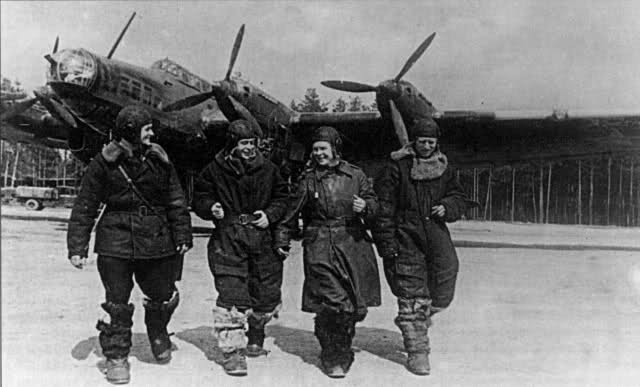 Aviadores soviéticos posan con un Petlyakov Pe-8 al fondo