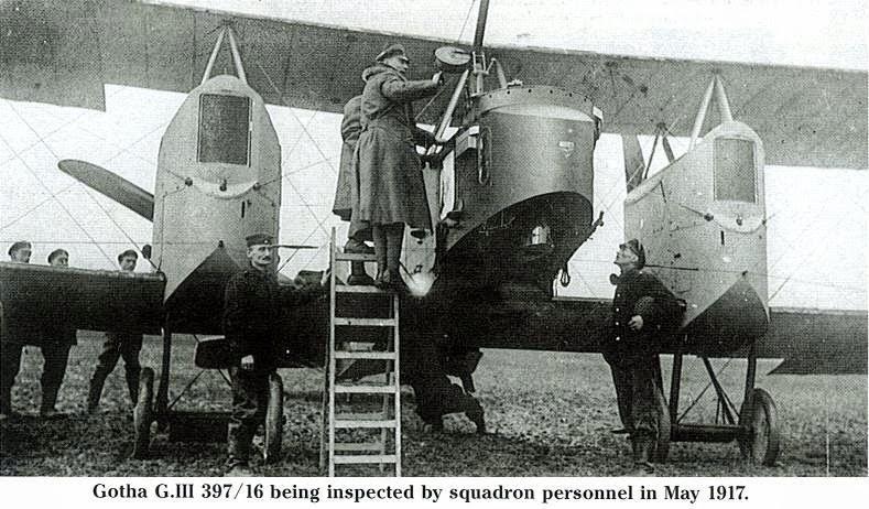 Un Gotha G.III en tierra es revisado antes de iniciar un raid en 1917