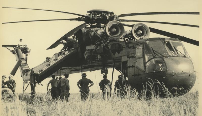 Un Sikorsky CH-54 Tarhe en Vietnam. Era capaz de levantar sin ningún problema hasta 9 toneladas de carga suspendida