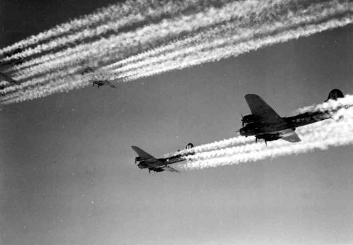 Fortalezas Volantes B-17 dejan estelas de condensación a su paso mientras vuelan hacia su objetivo