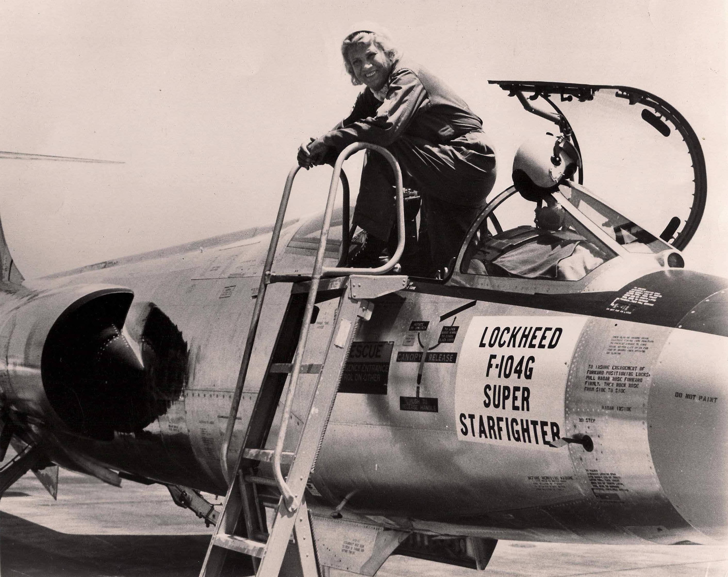 Jackie Cochran posa junto a su Lockheed TF-104G Starfighter (matrícula N104L ). A los mandos de este veloz y afilado interceptor, alcanzó los 2.095 km/h en 1964 (fuente: DPE)