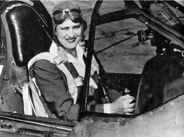 Jacqueline Cochran a los mandos de un Curtiss P-40 Warhawk, en los tiempos de servicio en el WASP