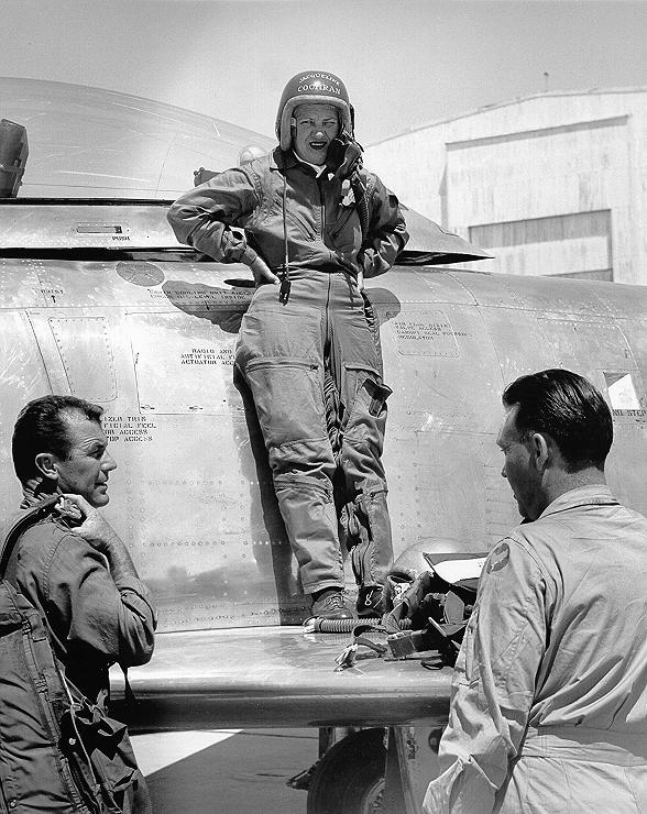 Cochran sobre el ala de su Canadair CL-13 Mk.3 (F-86E) Sabre con el que superó la barrera del sonido. Este ejemplar llevaba un motor experimental Orenda 3. A izquierda y derecha, el primer hombre en conseguirlo, Chuck Yeager, y el jefe de pilotos de prueba de la Canadair, Bill Longhurst. (Fuente: Air Force Flight Test Center History Office)