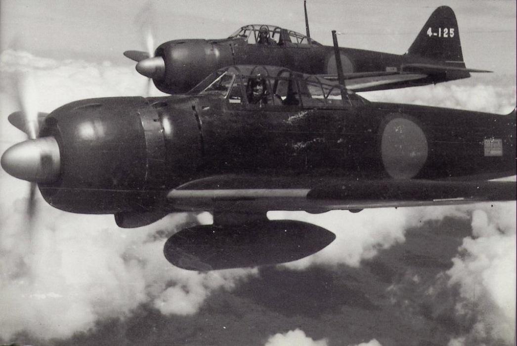 Magnífica imagen de dos A6M2 en vuelo. El tanque de combustible auxiliar en el vientre les daba a estas aeronaves una autonomía máxima de más de tres mil kilómetros