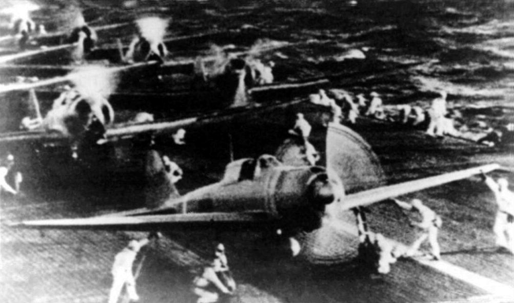 Un A6M2 Zero calienta motores sobre la cubierta del portaaviones Hiryu en la madrugada del 7 de diciembre de 1941. Los aviones que le siguen son Nakajima B5N2
