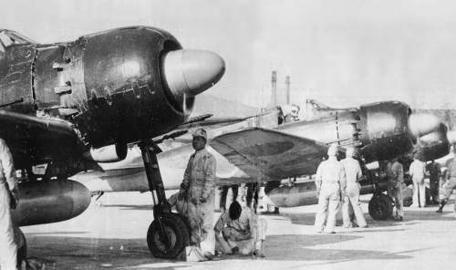 Línea de vuelo de A6M5c. Con un armamento más pesado formado por tres ametralladoras y dos cañones, tanques autosellantes y una mejor protección para el piloto, este Zero carecía sin embargo de la necesaria potencia para el combate. Obsérvese los escapes individuales (fuente: William Green)