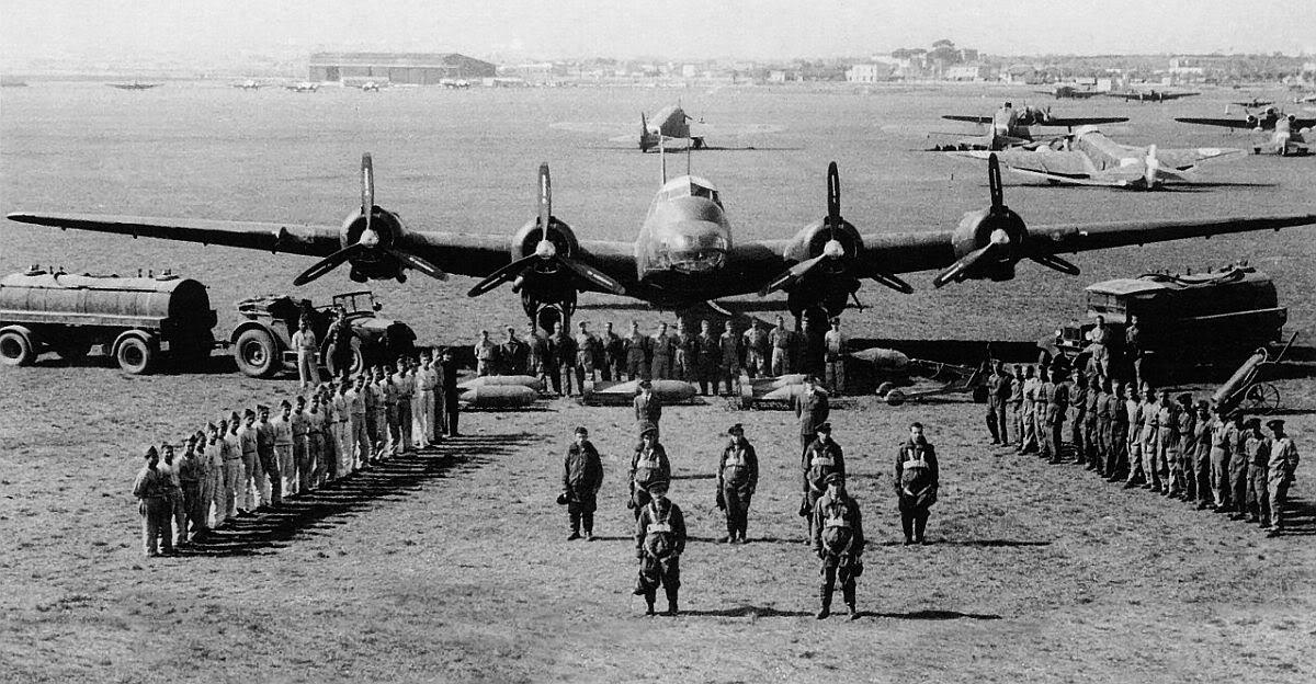 Dotación completa de un P.108B posa en una fotografía propagandística de la época