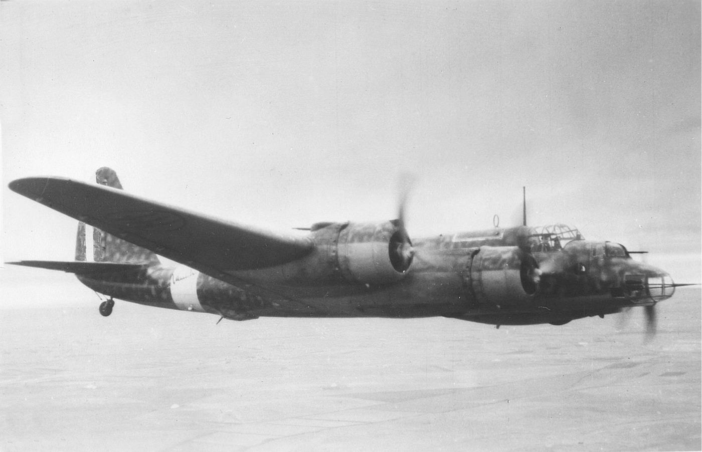 Piaggio P.108B en pleno vuelo
