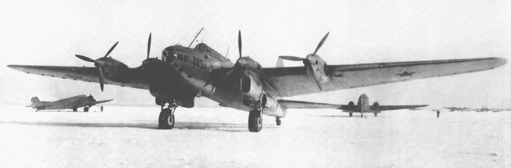 Petlyakov Pe-8. Este bombardero utilizó diferentes plantas propulsoras, de gasolina AM-35 y ASh-82 y diesel M-30B