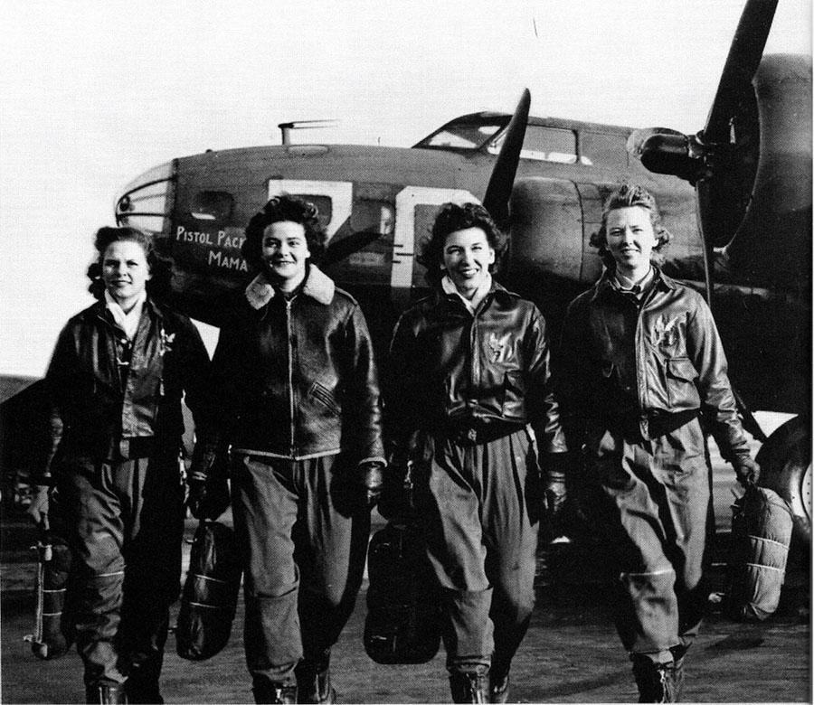 Aviadoras del WASP tras una misión de transporte con un Boeing B-17 Flying Fortress (fuente: aviationartstore.com)
