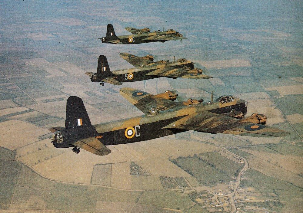 Tres Stirling Mk.I sobrevuelan Cambridgeshire en 1942. Obsérvese la impopular torreta dorsal FN.7, sustituida en la serie Mk.III por la FN.50 de los Lancaster
