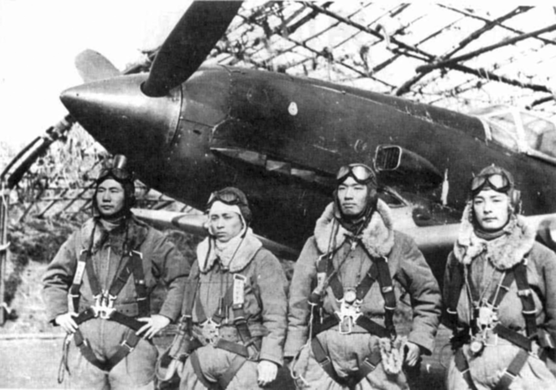 Pilotos de Ki-61 posan para la cámara antes de una misión. El Hien fue el único caza japonés con motor lineal de la Segunda Guerra Mundial