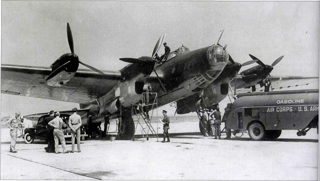 Interesante foto de un Pe-8 repostado por personal militar norteamericano (obsérvese el rótulo del camión cisterna). Posiblemente se trata del ejemplar que en 1942 llevó al ministro de Asuntos Exteriores soviético, Molotov, a unas reuniones a Washington para negociar la estrategia del conflicto. Este Pe-8 llevaba los lineales AM-35