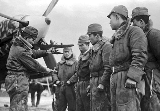 El capitán Chuichi Ichikawa instruye a jóvenes alumnos sobre tácticas de ataque contra las Superfortalezas. Al final de la guerra, Ichikawa reclamó el derribo de nueve B-29, más seis dañados, a los mandos de su Kawasaki Ki-100 Goshikishen (fuente: www.aresgames.eu)