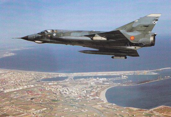 Símbolo de la diversificación del material de vuelo tras la exclusiva ayuda americana, un revolucionario Mirage III (C.11) del Ejercito del Aire en vuelo (fuente: ejercitodelaire.mde.es)