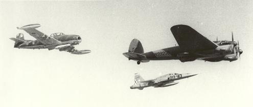 Impresionante fotografía donde tres aviones históricos del Ejército del Aire sobrevuelan los cielos de Morón (Sevilla): Un CASA 2111 es flanqueado por un Hispano HA-220 SuperSaeta y un Northrop F-5 norteamericano. Tres aeroplanos de tres épocas de nuestra aviación (fuente: jaon.es)