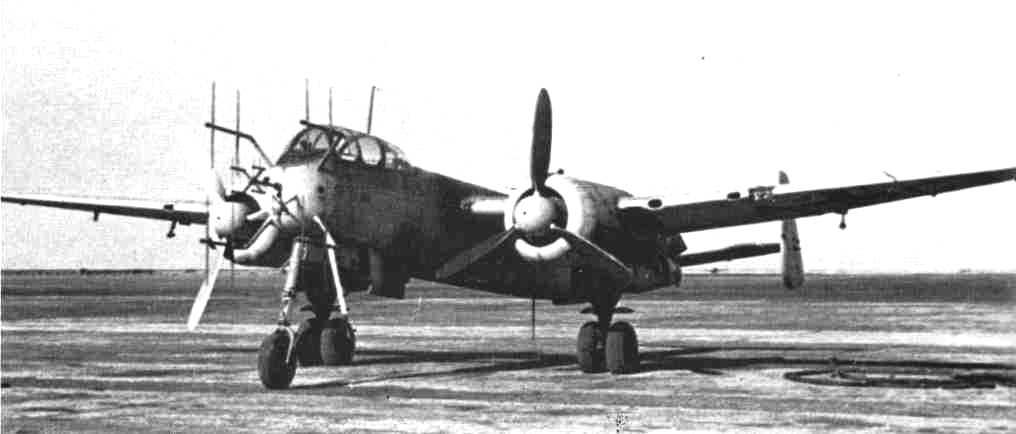 Un He 219A-5/R1 estacionado en un aeródromo de Münster a fines de 1944. Las antenas Hirschgeweih del morro pertenecen a los radares FuG 212 C-1 y FuG 220 SN-2 Lichtenstein