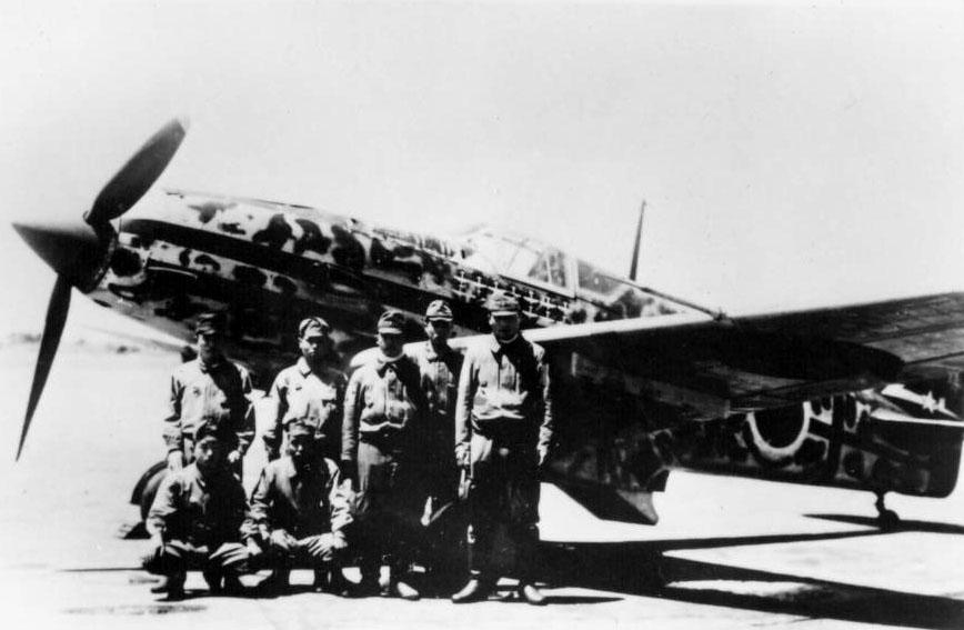 El Comandante Teruhiko Kobayashi y posa con personal de mantenimiento ante su Kawasaki Ki-61-I-Tei Hien con sus 14 victorias en el fuselaje.