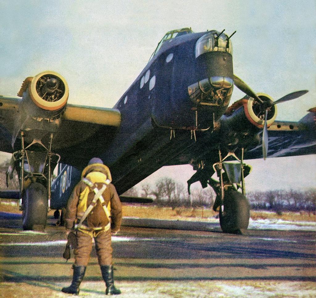 Un Stirling Mk. I de producción definitiva, calienta motores en una fría jornada de 1941