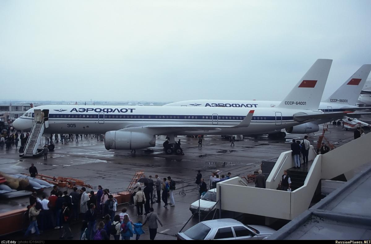 Primer prototipo del Tu-204, el ejemplar matriculado CCCP-64001 es mostrado al mundo occidental en el Salón de París, junto a un Ilyushin Il-96 (fuente: Eddy/RussianPlanes.net)