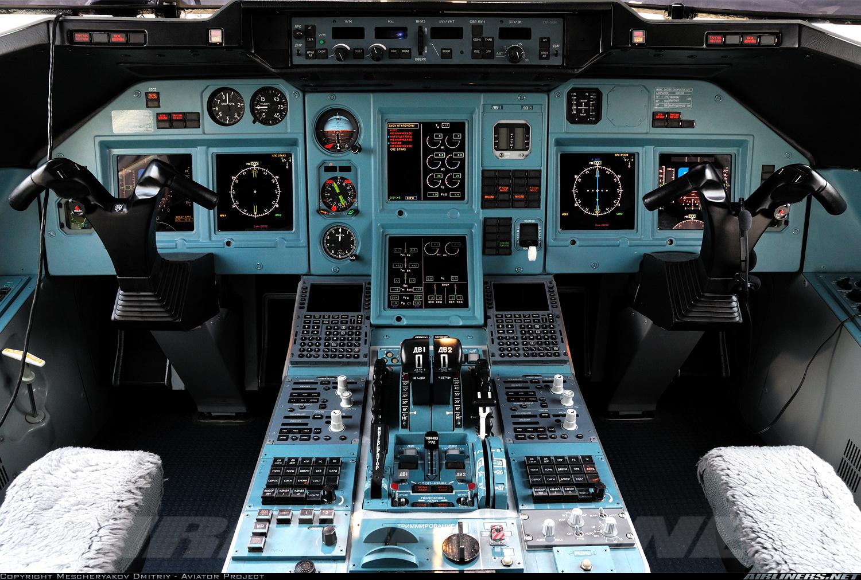 Cabina de vuelo de un Tu-204 de la compañía rusa Red Wings, con aviónica rusa y presentación de los sistemas casi completamente EFIS. Obsérvese los controles fly by wire en Y del avión y el eterno color verdoso de los paneles, heredado de la época soviética (fuente: Mescheryakov Dmitriy - VOG Spotters / Airliners.net)
