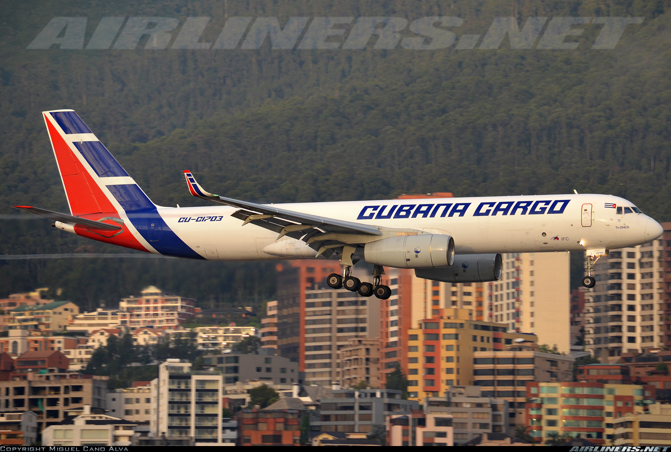 La versión carguera básica es la 100C. Aquí vemos un Tu-204-100CE de Cubana de Aviación tomando tierra en el Mariscal Sucre de Quito, Ecuador. (Fuente: Miguel Cano Alva / Airliners.net)